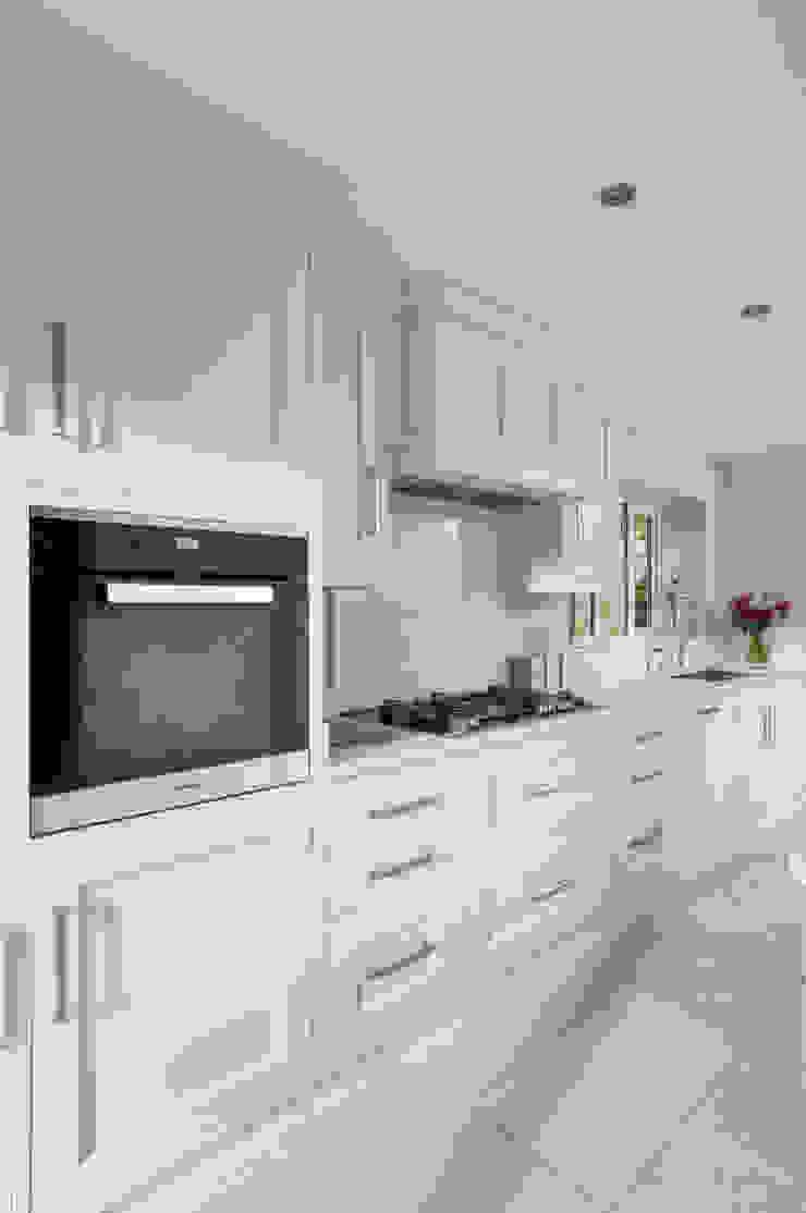 John Ladbury kitchen in Hertfordshire par John Ladbury and Company