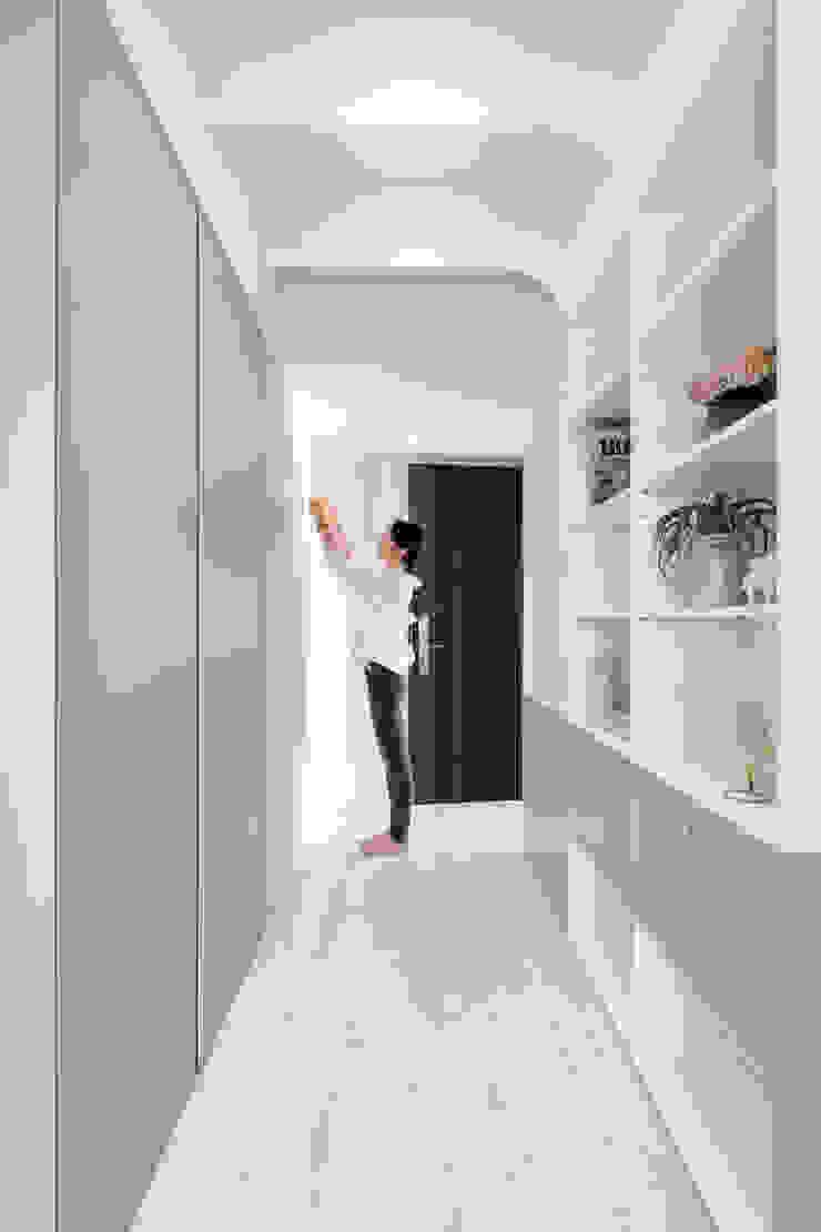 Hebbe 寓子設計 斯堪的納維亞風格的走廊,走廊和樓梯