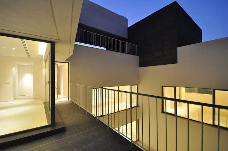 AGi architects arquitectos y diseñadores en Madrid ระเบียง, นอกชาน คอนกรีต White