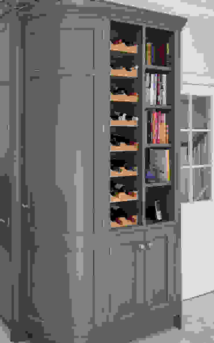 Bespoke wine cabinet by John Ladbury and Company par John Ladbury and Company Classique