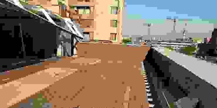 Deck de WPC Las Américas para edidificio de departamentos Balcones y terrazas modernos de Constructora Las Américas S.A. Moderno Compuestos de madera y plástico