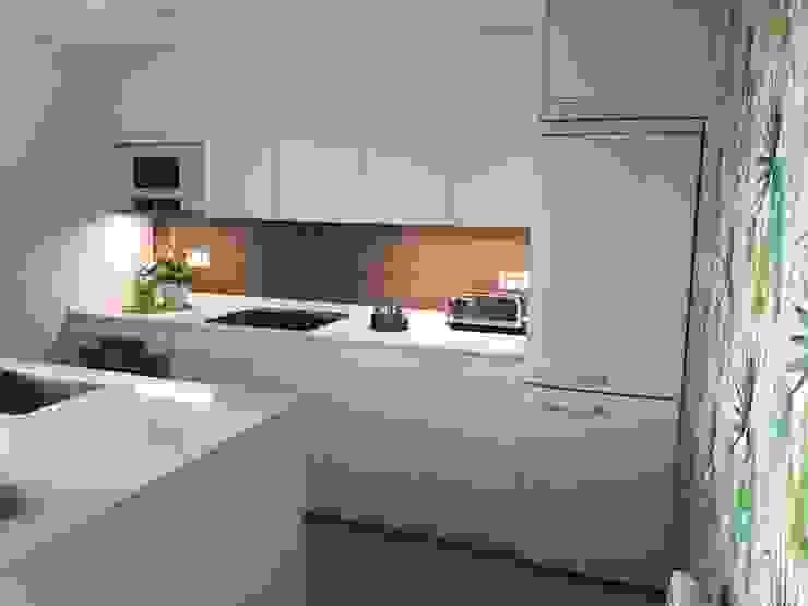Una cocina blanca de líneas sencillas de SANTOS VAGUADA Moderno