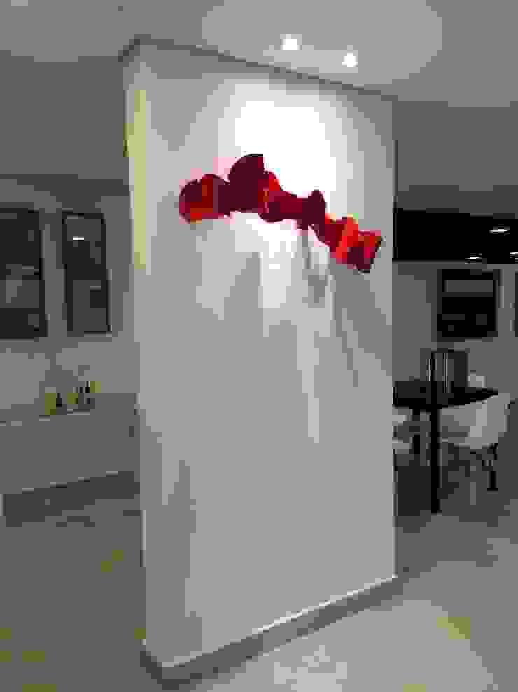 Coluna estrutural com iluminação e escultura Lucia Helena Bellini arquitetura e interiores