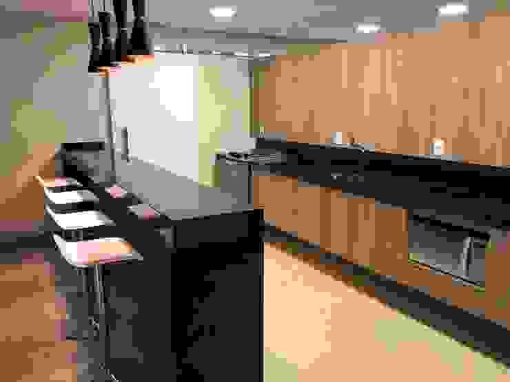 Cozinha / balcão por Lucia Helena Bellini arquitetura e interiores