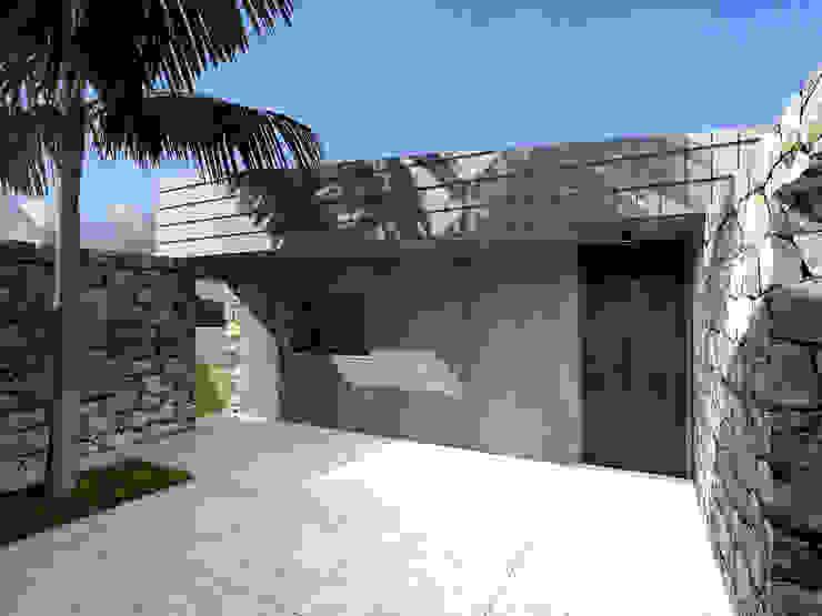 Fachada nascente - entrada principal da casa: Casas pequenas  por Limit Studio