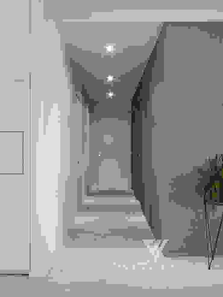 Deisgn interior for family with 2 kids Moderner Flur, Diele & Treppenhaus von Vinterior - дизайн интерьера Modern