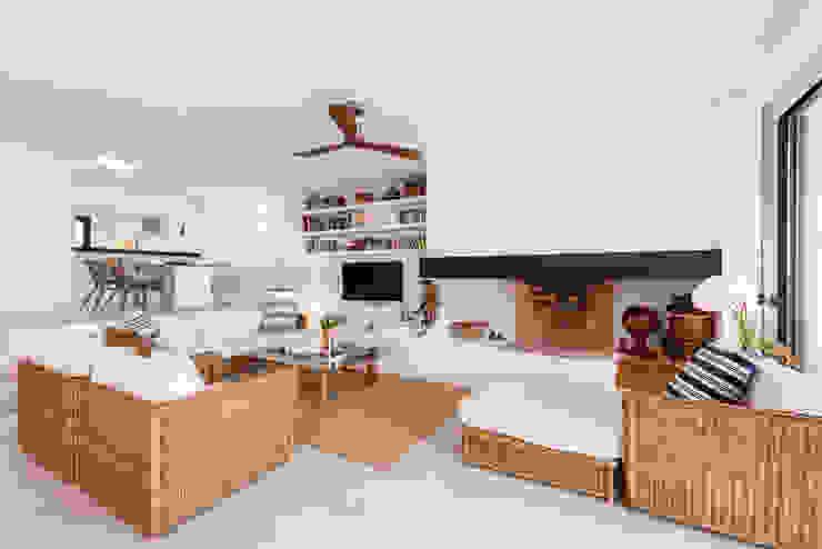 Proyecto de diseño, obra e interiorismo de una casa de verano en frente del mar Salones de estilo mediterráneo de Estatiba construcción, decoración y reformas en Ibiza y Valencia Mediterráneo
