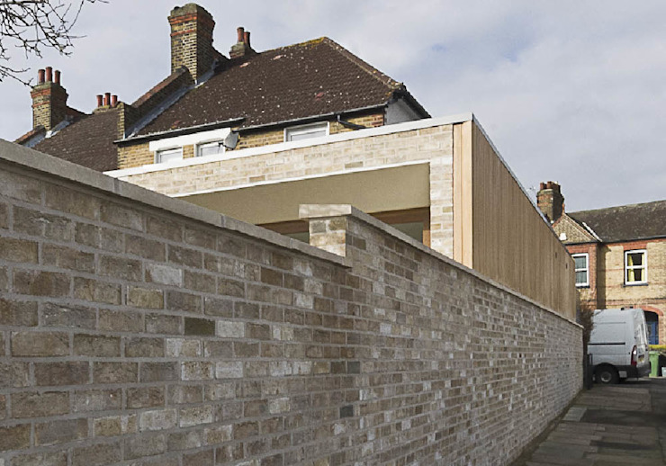 Extension to 1930's End Terrace in South East London bởi Designcubed Hiện đại Gạch