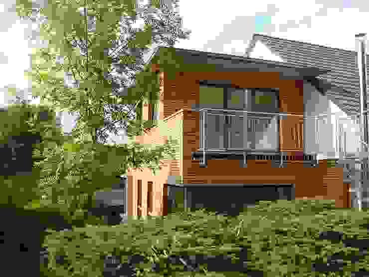 Zweigeschossiger Anbau mit Holzfassade und Balkon von Wiese und Heckmann GmbH Modern Holz Holznachbildung