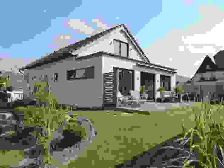 Wohnhaus in Holzrahmenbauweise mit Putzfassade und Satteldach Wiese und Heckmann GmbH Einfamilienhaus Weiß