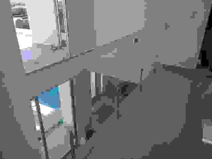Pasillos, vestíbulos y escaleras modernos de Construcciones La Danta SA De CV Moderno