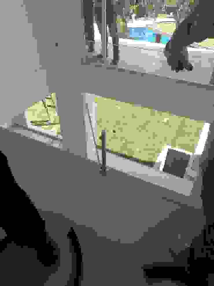 Puertas y ventanas modernas de Construcciones La Danta SA De CV Moderno