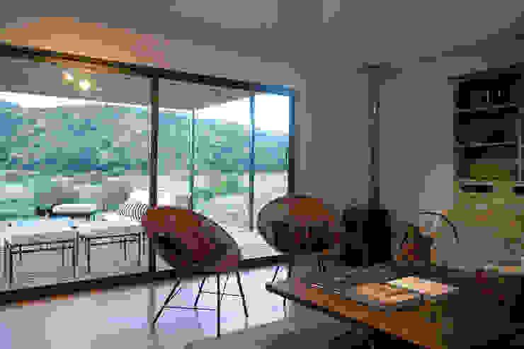 Sala de estar con acceso a la terraza Salas de estilo moderno de INFINISKI Moderno