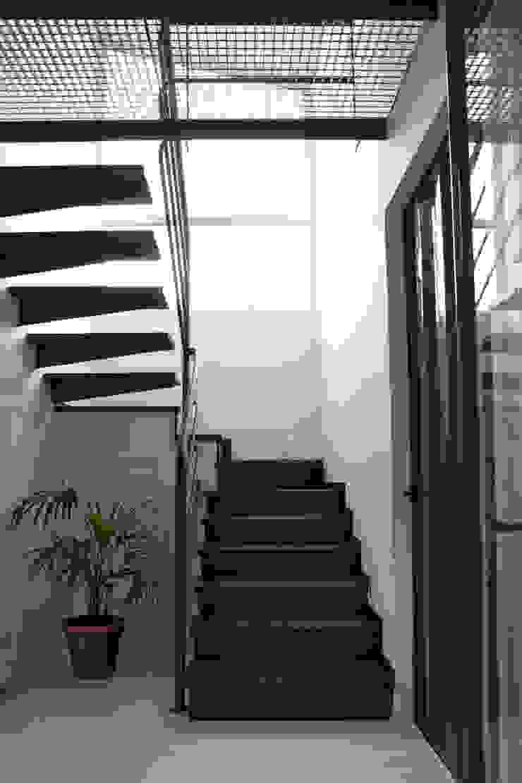 Escaleras de INFINISKI Moderno