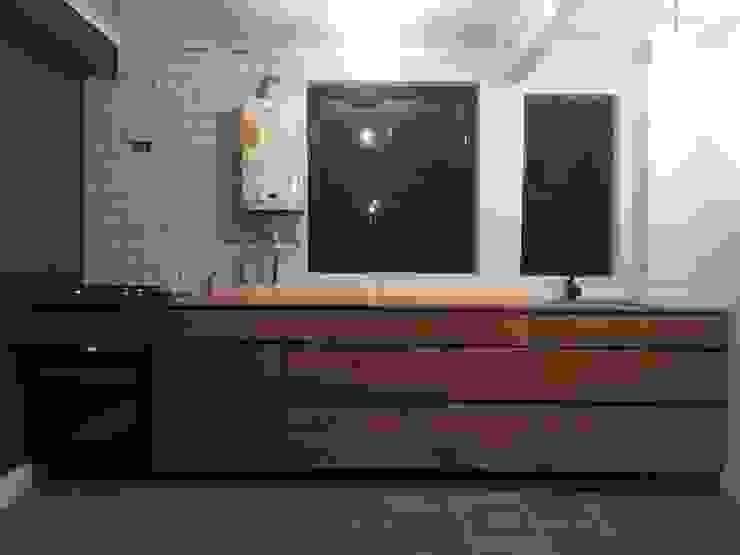 Cocina FM de MMAD studio - arquitectura interiorismo & mobiliario - Moderno Madera maciza Multicolor