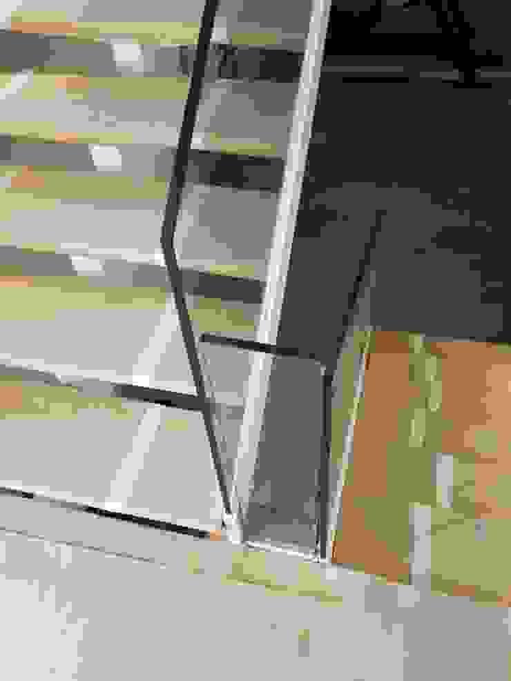 Detalle de escaleras voladas de MODULAR HOME Moderno