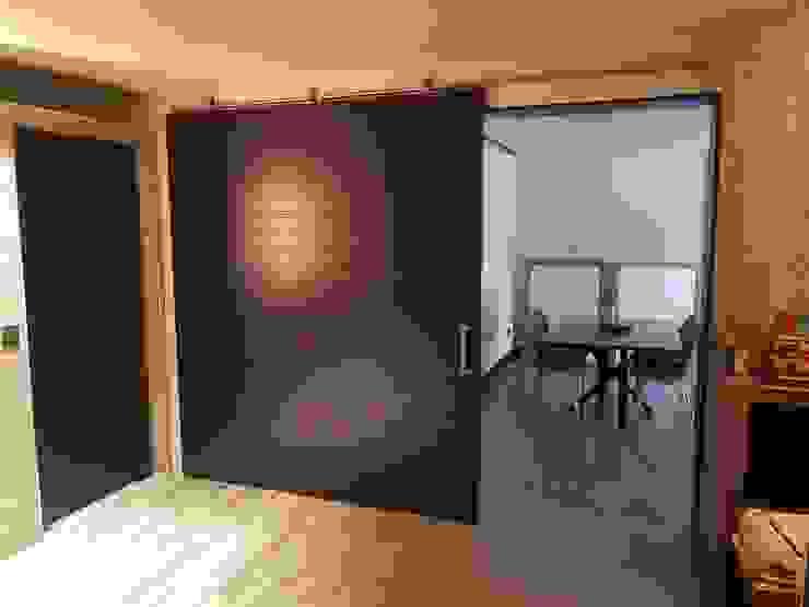 Puerta corredera de gran dimensión de MODULAR HOME Moderno