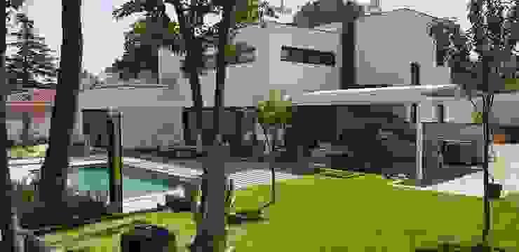 Jardín con piscina y parte posterior de vivienda de MODULAR HOME Moderno