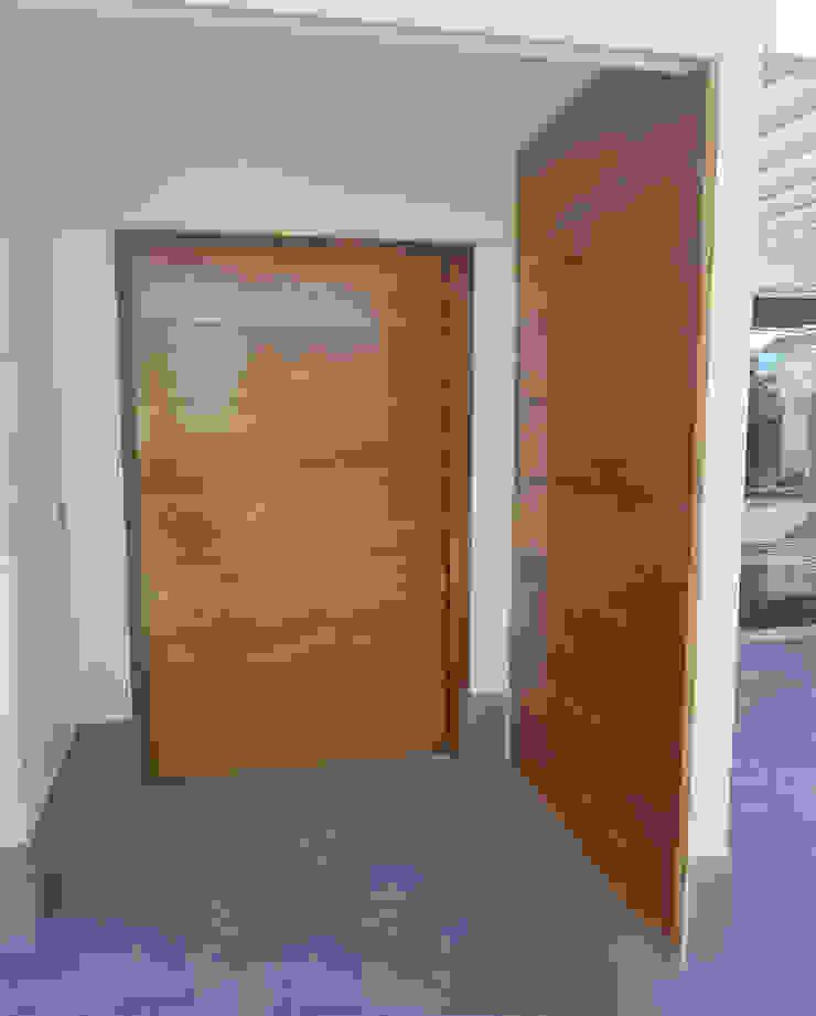 Puerta principal de acceso a la vivienda de MODULAR HOME Moderno Madera Acabado en madera