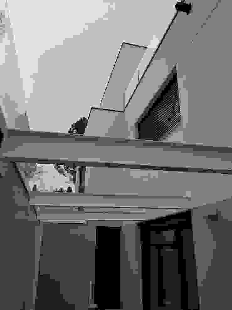Patio inglés en vivienda prefabricada de hormigón Balcones y terrazas de estilo moderno de MODULAR HOME Moderno
