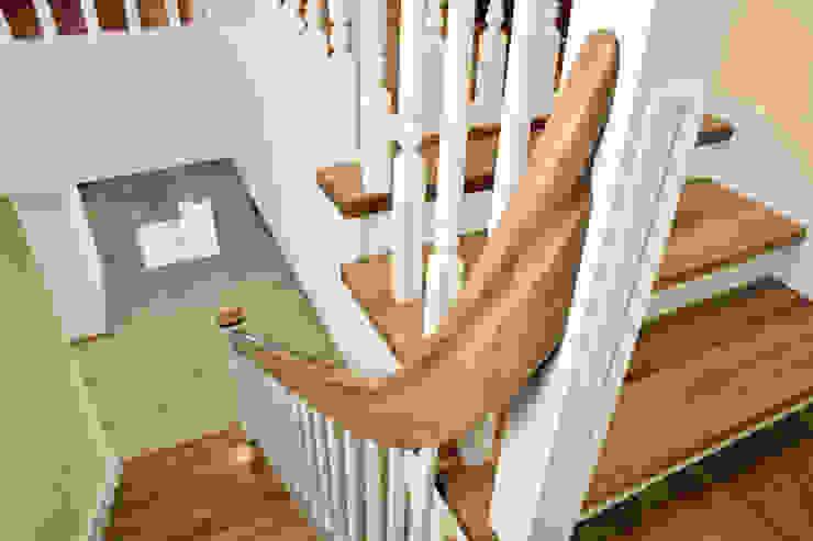 STREGER Massivholztreppen GmbH Pasillos, halls y escaleras rurales Madera maciza