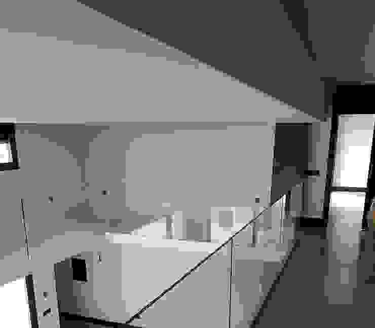 Espacio central a doble altura Salones de estilo moderno de MODULAR HOME Moderno