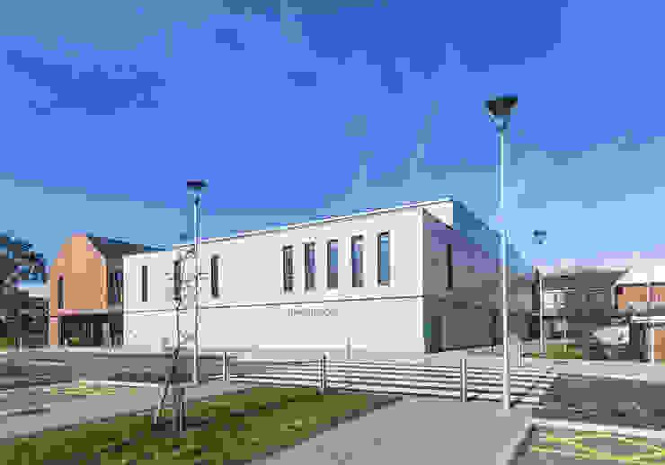 Beaumont School Escolas modernas por Designcubed Moderno Madeira Acabamento em madeira