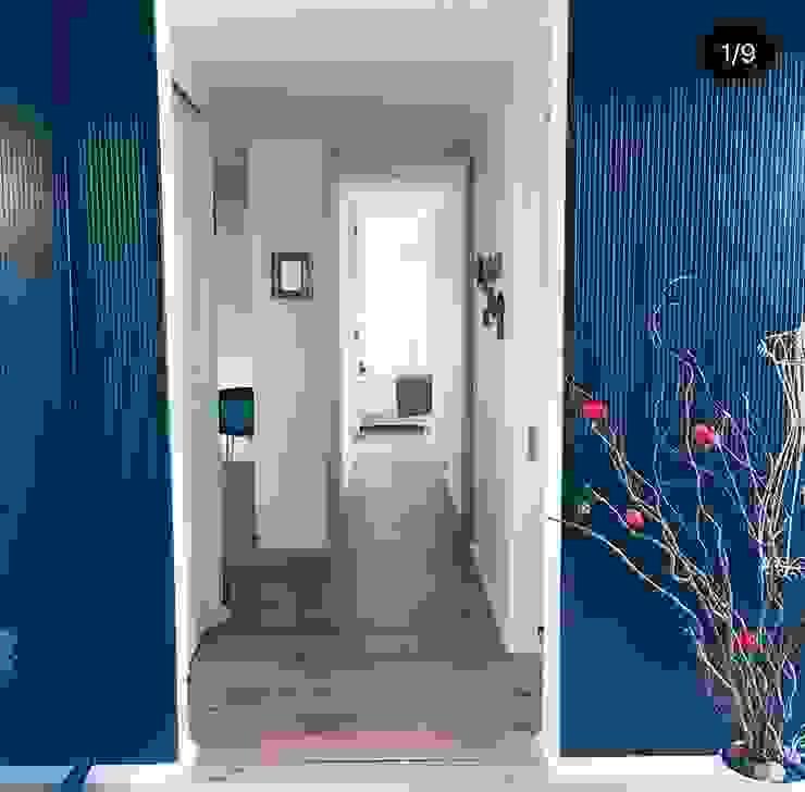 Acceso a vivienda Eco Chamisero Pasillos, vestíbulos y escaleras modernos de INFINISKI Moderno