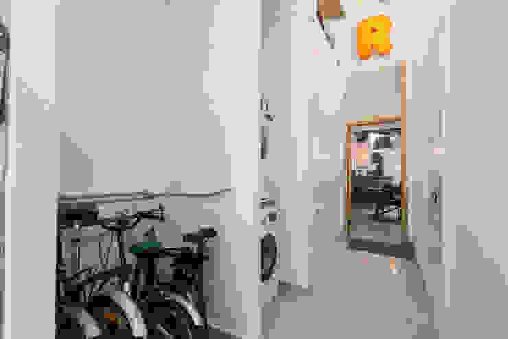 Recibidor lavandería Tilaq Estudio Pasillos, vestíbulos y escaleras de estilo moderno