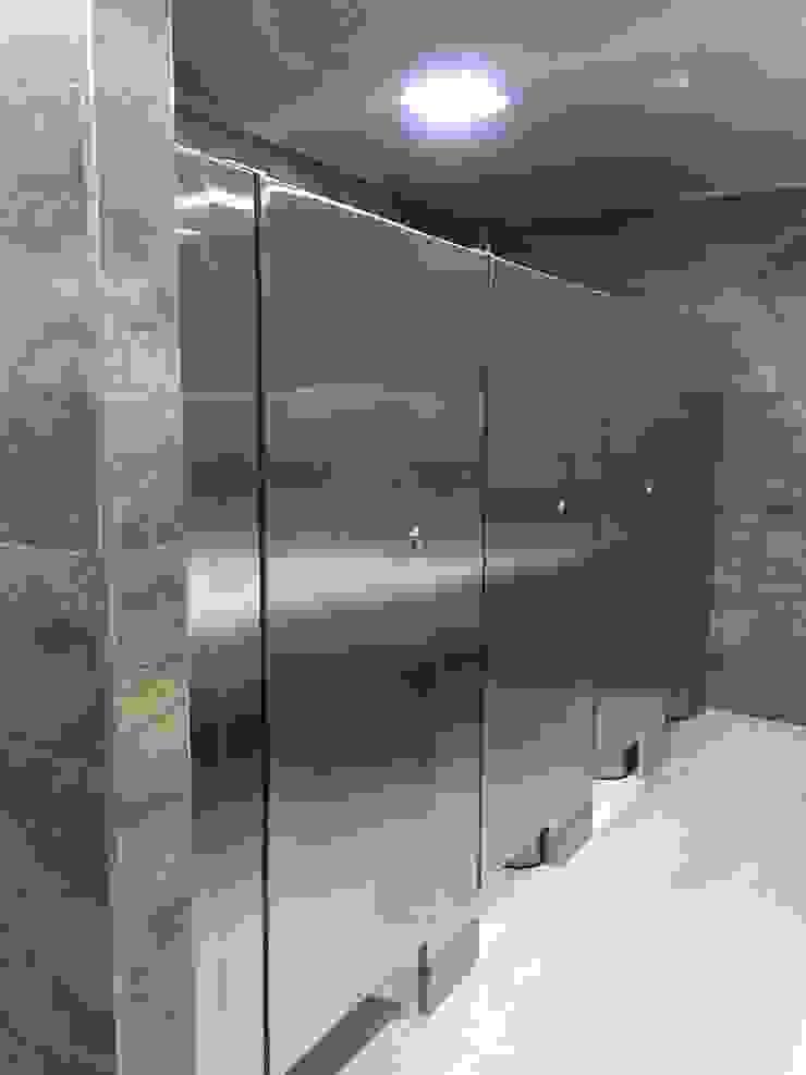Renovacion Baños Guala Closures Baños de estilo minimalista de End International Minimalista Aluminio/Cinc