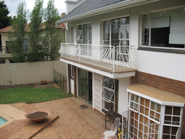 Exterior view – entertainment area (before) Modern houses by Nuclei Lifestyle Design Modern