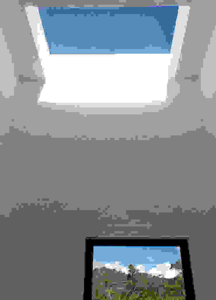 Claraboya baño de habitaciones Baños de estilo minimalista de EVA Arquitectos SAS Minimalista