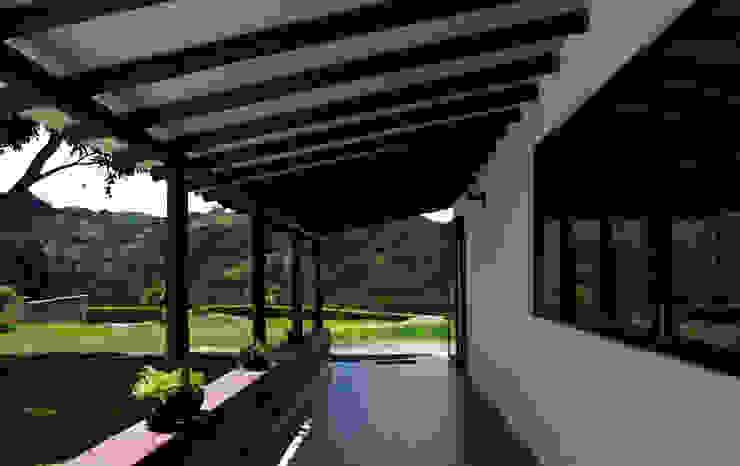 Porche de entrada Balcones y terrazas de estilo rural de EVA Arquitectos SAS Rural