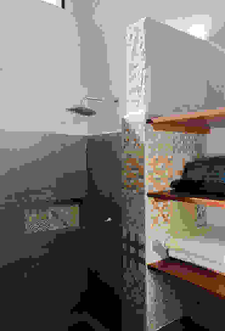 Finca Las Marías – Sasaima Baños de estilo moderno de EVA Arquitectos SAS Moderno