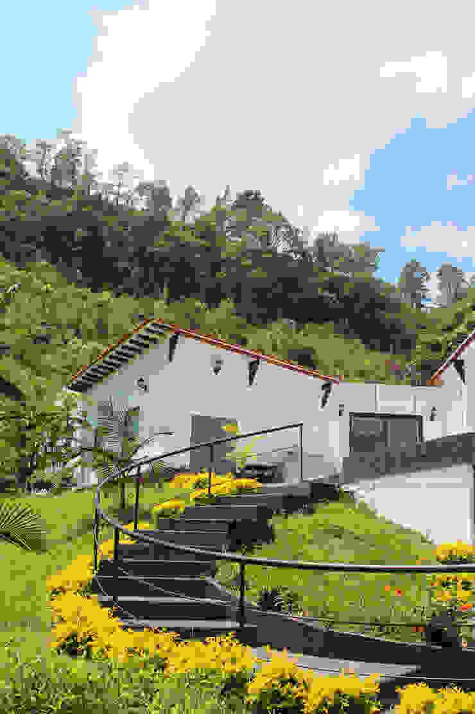 Escalera de servicio, zona húmeda piscina Jardines de estilo rural de EVA Arquitectos SAS Rural
