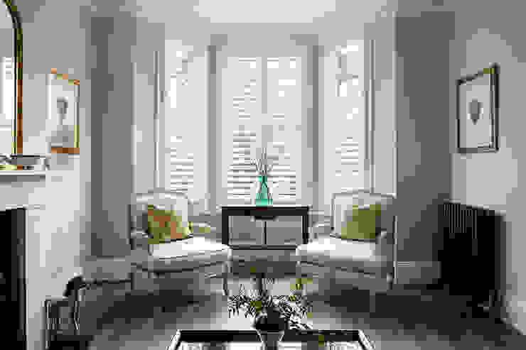 A Classic Contemporary Home in Clapham South Plantation Shutters Ltd Soggiorno moderno Legno massello Bianco