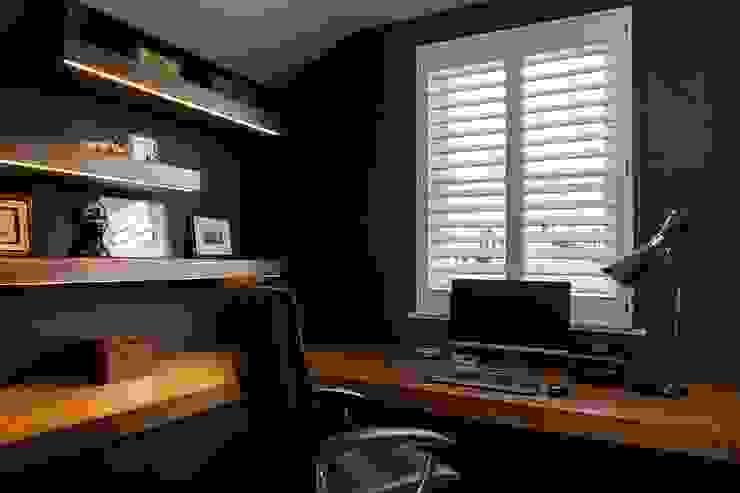 A Classic Contemporary Home in Clapham South Plantation Shutters Ltd Studio moderno Legno massello Bianco
