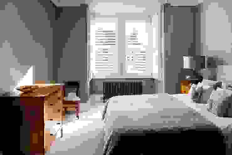 A Classic Contemporary Home in Clapham South Plantation Shutters Ltd Camera da letto piccola Legno massello Bianco