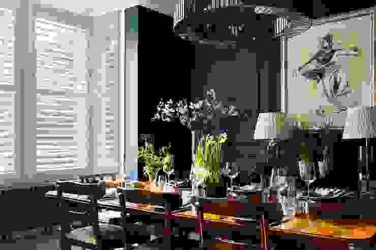 A Classic Contemporary Home in Clapham South Plantation Shutters Ltd Sala da pranzo moderna Legno massello Bianco