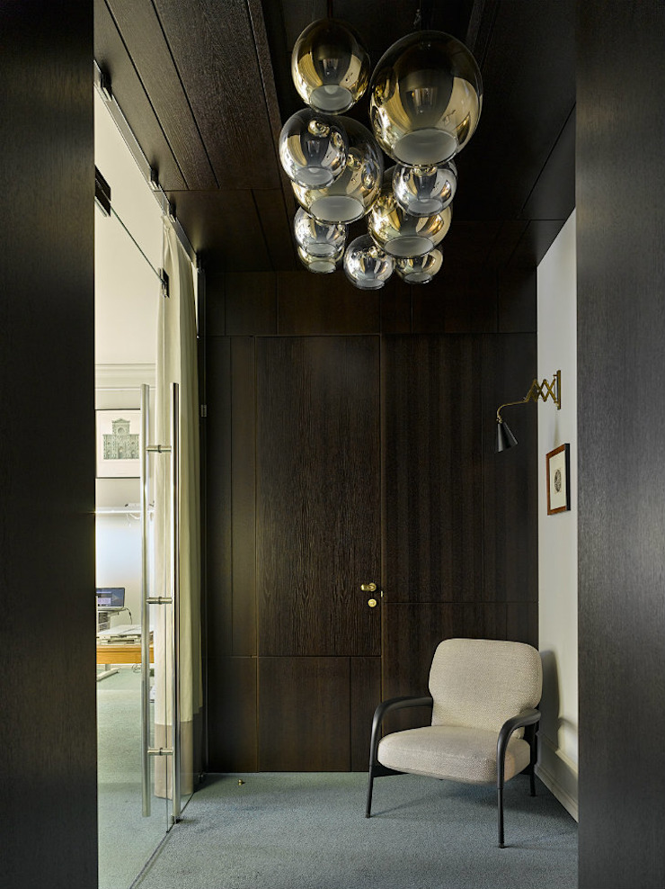Office with modern mid-century furniture and lighting Skandinavischer Flur, Diele & Treppenhaus von DelightFULL Skandinavisch Kupfer/Bronze/Messing