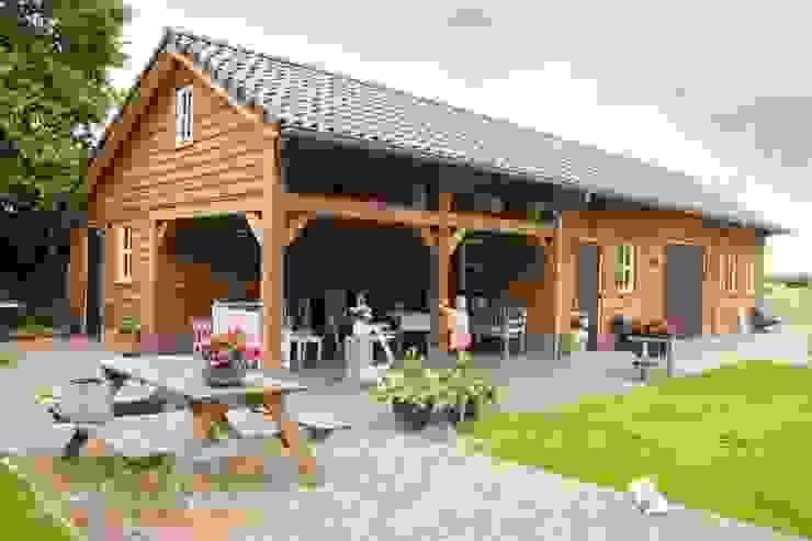 Garajes y galpones de estilo rural de Geldersche Houtbouw Rural Madera Acabado en madera