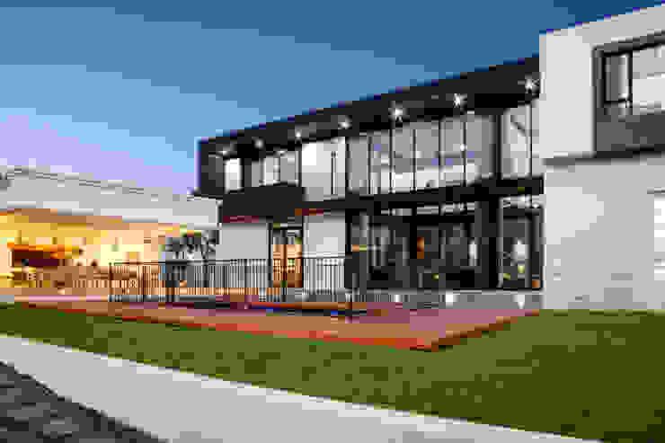 Maisons modernes par DMV ARCHITECTURE Moderne