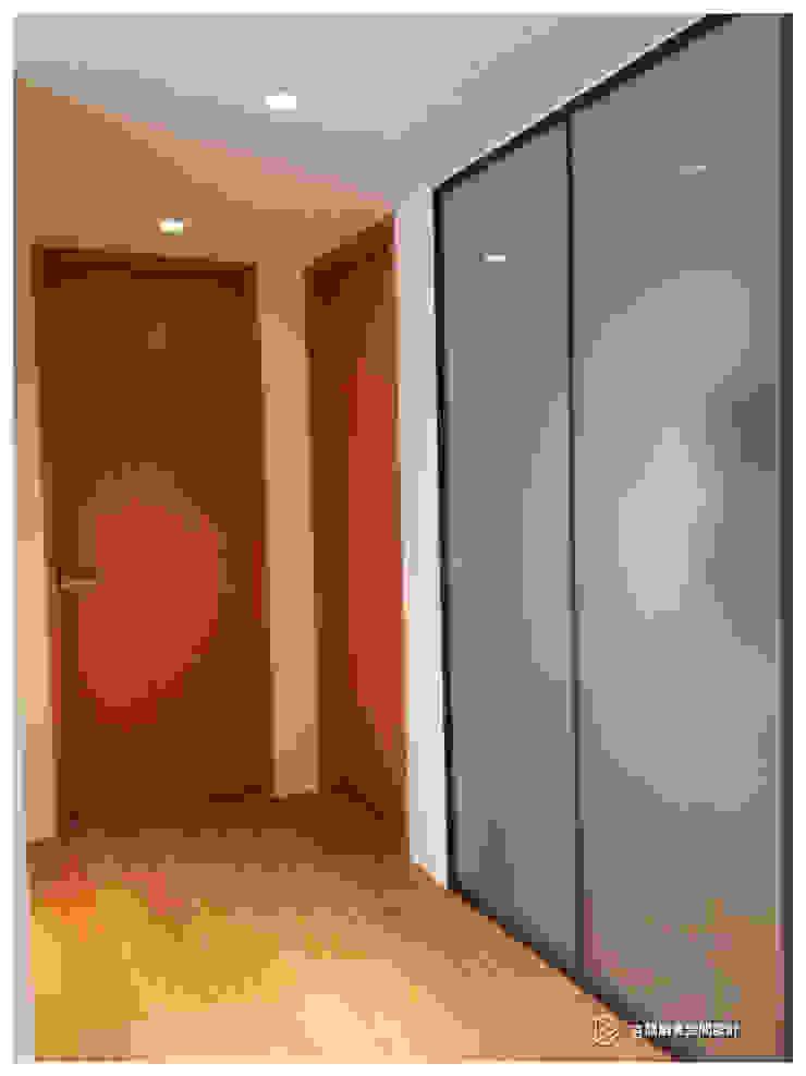 老屋翻新-住宅空間。台北【木柵-C宅】 現代風玄關、走廊與階梯 根據 有關創意室內設計 現代風 木頭 Wood effect