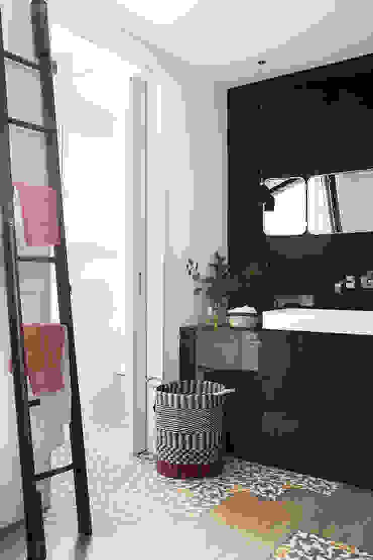 Modern Bathroom by Xmas Arquitectura e Interiorismo para reformas y nueva construcción en Barcelona Modern