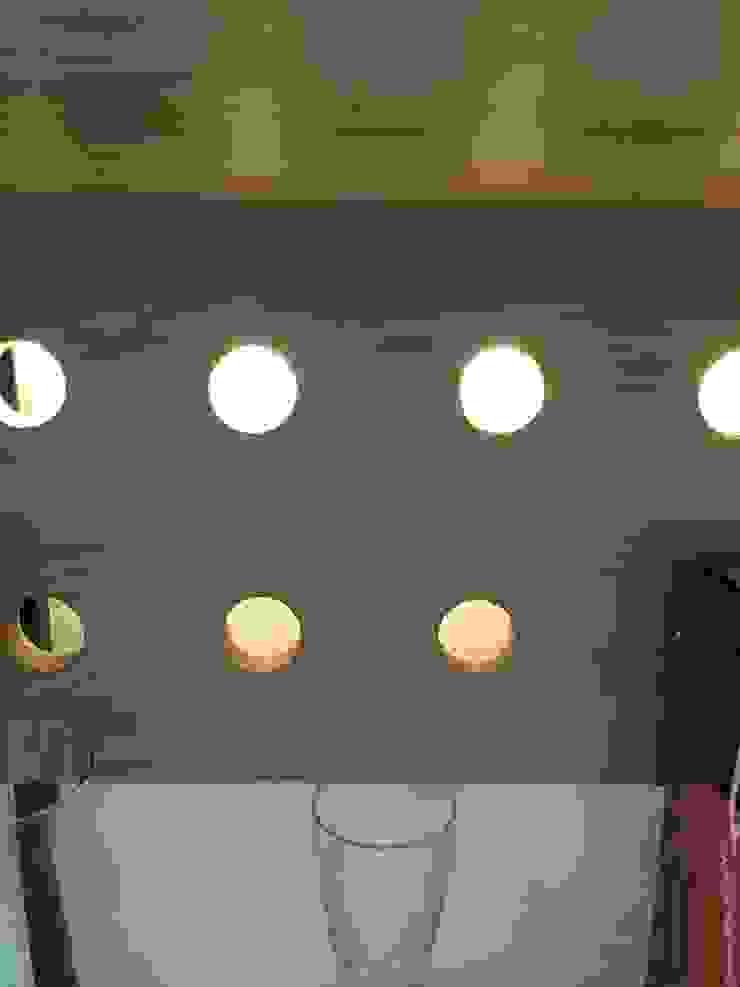 Remodelación Casa J&M - Vitrina & Licorera de MMAD studio - arquitectura interiorismo & mobiliario - Moderno Madera maciza Multicolor
