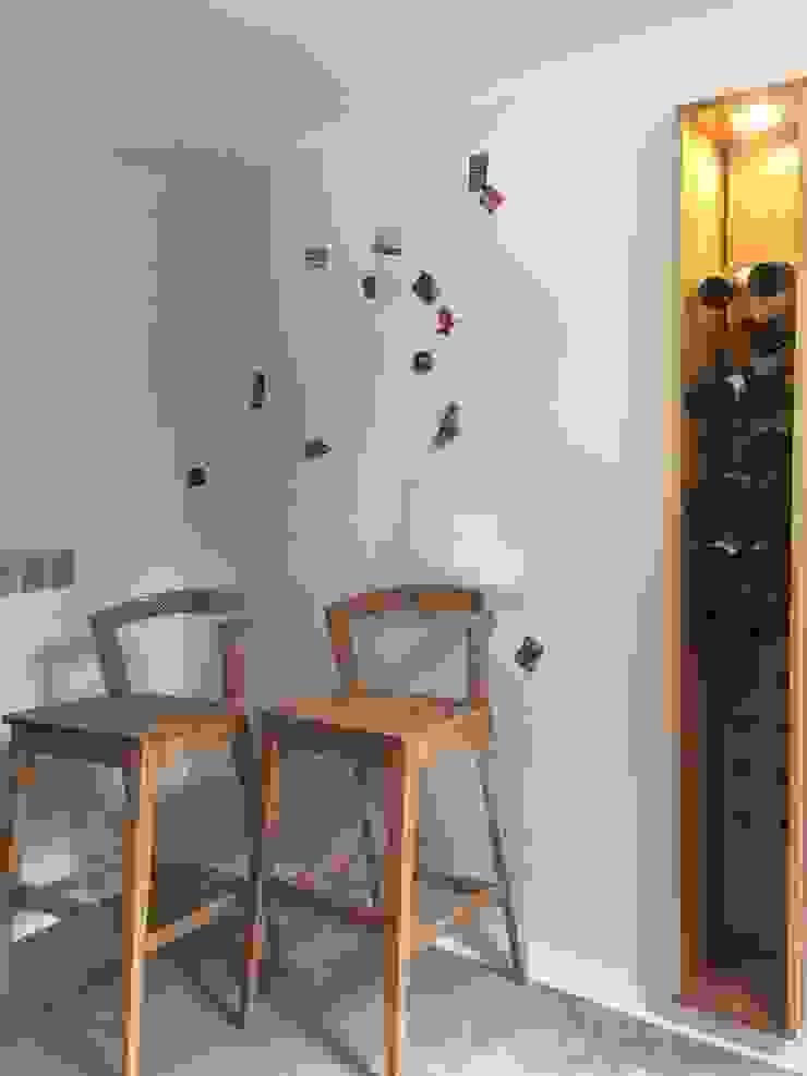Remodelación Casa J&M - Botellero Cava de MMAD studio - arquitectura interiorismo & mobiliario - Moderno Madera maciza Multicolor