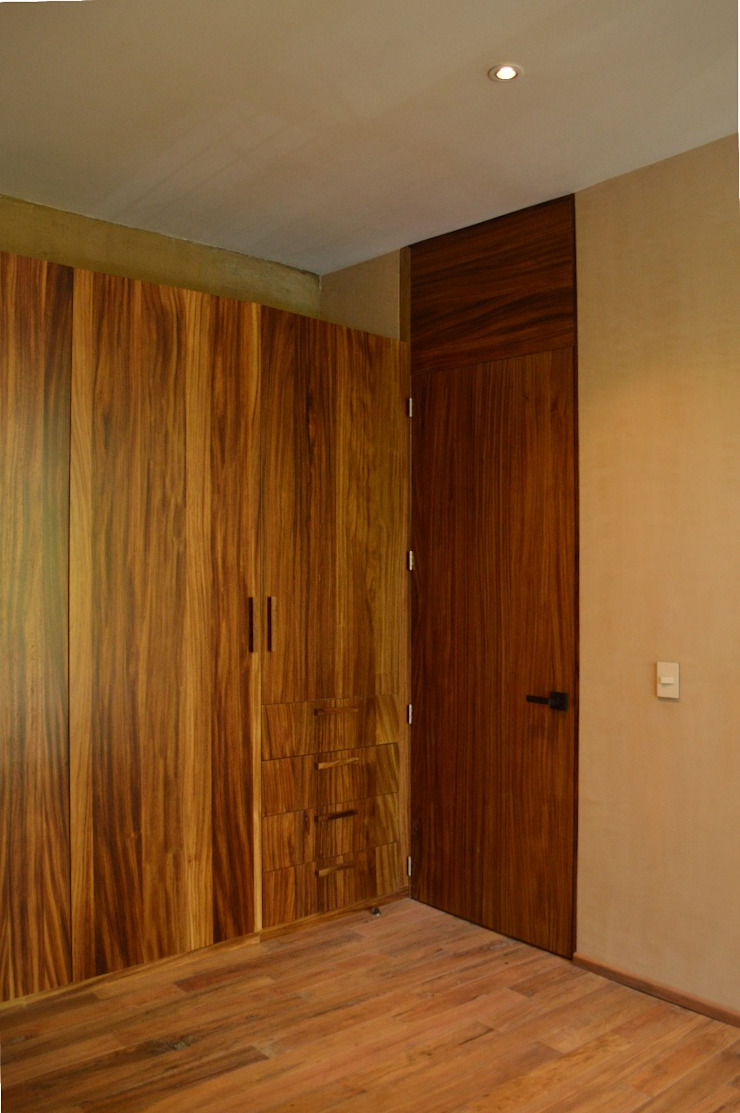 Modern style doors by MOKALI Carpintería Residencial Modern Solid Wood Multicolored