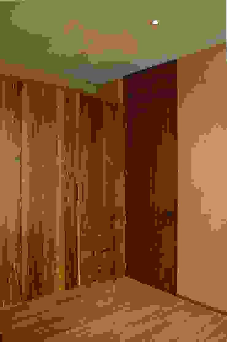Clóset recámara MOKALI Carpintería Residencial Puertas modernas Madera maciza Acabado en madera