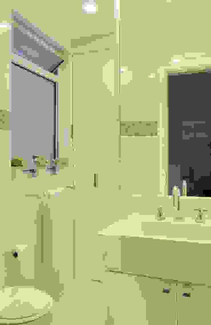 Minimalist style bathroom by Froma Arquitetura Minimalist