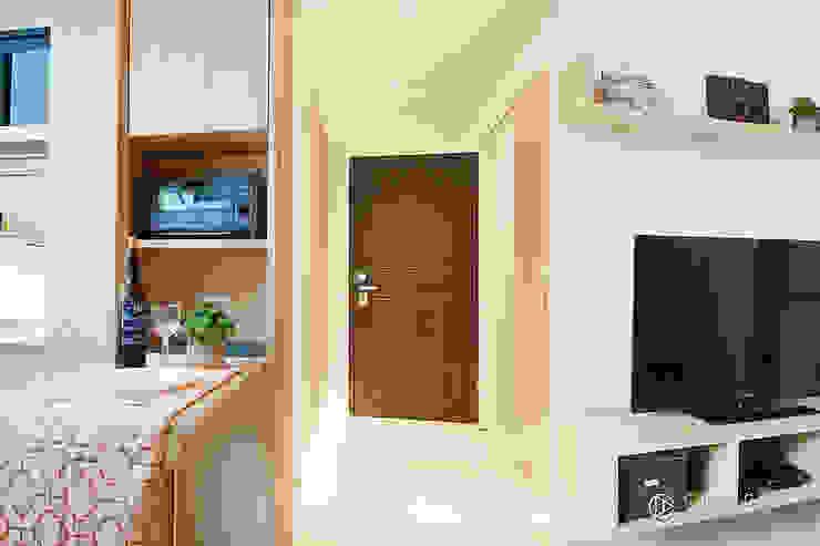 老屋翻新-住宅空間。台中【輕量機能宅】 有關創意室內設計 現代風玄關、走廊與階梯